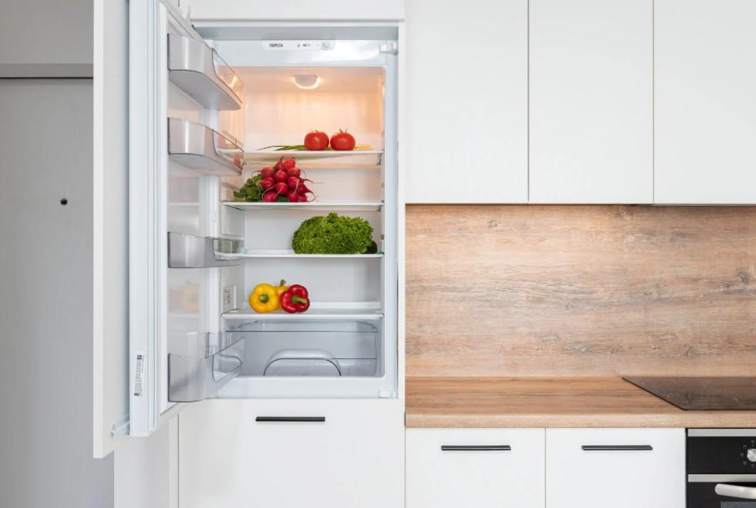 chladnička v kuchyni