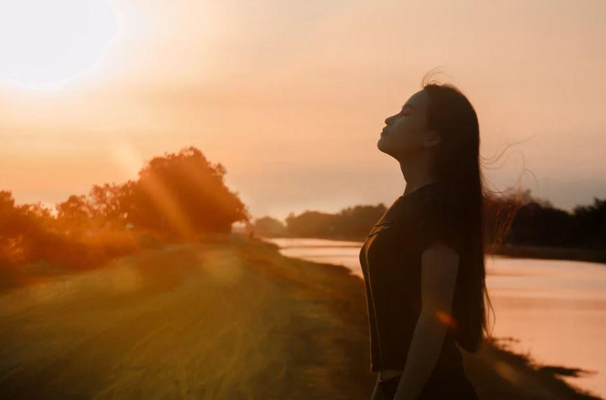 dívka na slunci