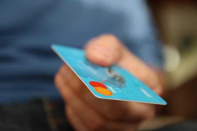 ruka s kreditkou