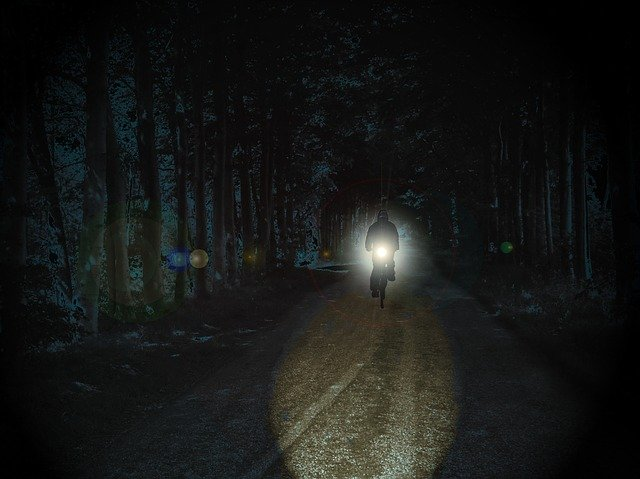 cyklista v noci