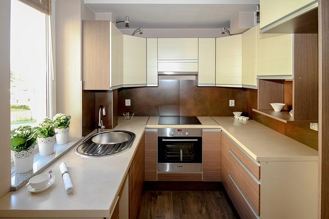 kuchyně, která má zabudované zásuvky v obkladu